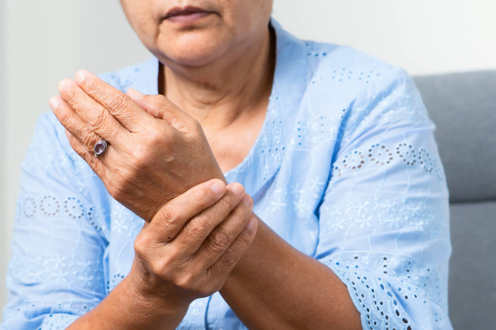 woman-with-wrist-pain